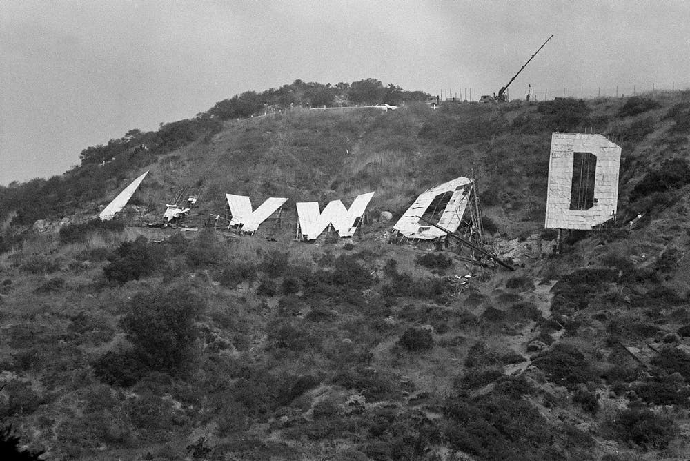 1978 – Workers prepare to lower the last letter of the old Hollywood sign.